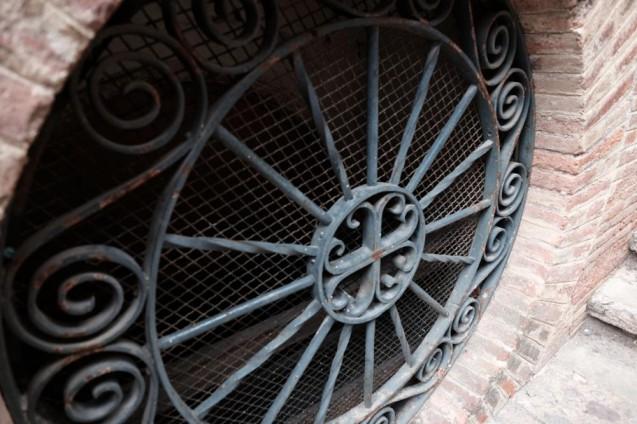 階段のロートアイアン装飾。