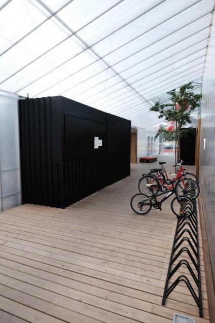 エルカンツの蚤の市に隣接するレンタサイクルセンター。ポリカーボネート波板の屋根、パイン材のデッキフロアー。