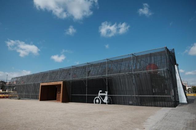 仮設材と安価な素材で建てられたレンタサイクルセンター。