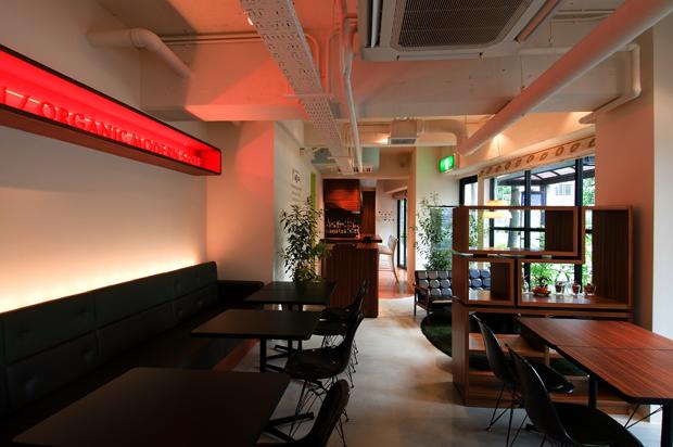 飲食店舗設計、カフェ&バーの事例 - CAFE & BAR KOKIRI -メイン客席からカウンターを眺める-