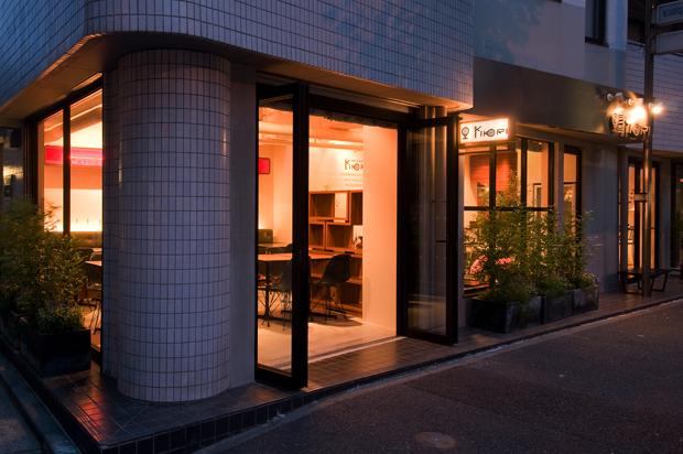 飲食店舗設計、カフェ&バーの事例 - CAFE & BAR KOKIRI  - オープンドアから眺めたメイン客席