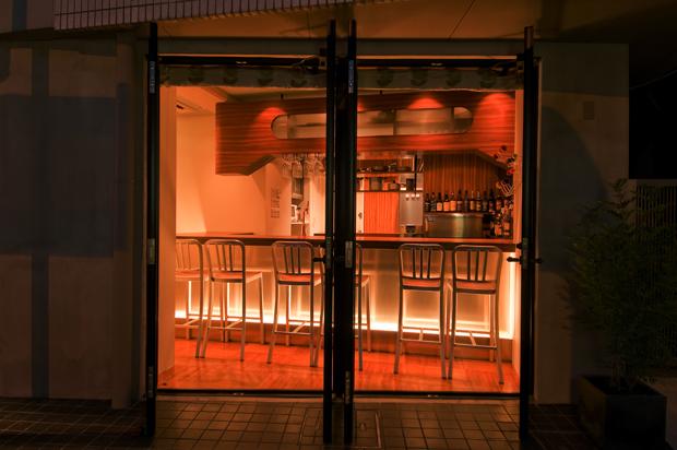 飲食店舗設計、カフェ&バーの事例 - CAFE & BAR KOKIRI - カウンター席をオープンドア側から眺める-