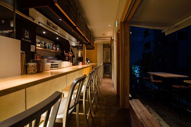 1階オープンキッチンとカウンター。側面半分は特注オープンサッシュとオーニングでオープンエアーを楽しめるように