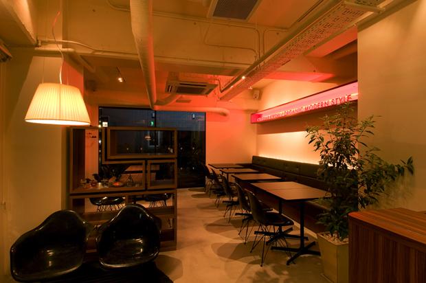 飲食店舗設計、カフェ&バーの事例 - CAFE & BAR KOKIRI - メイン客席夕景