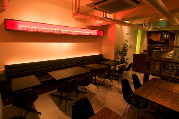 飲食店舗設計、カフェ&バーの事例 - CAFE & BAR KOKIRI -メイン客席夕景-