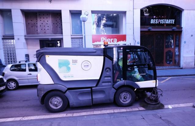 路肩清掃車ですが、バルセロナではコンパクトなタイプが活躍。