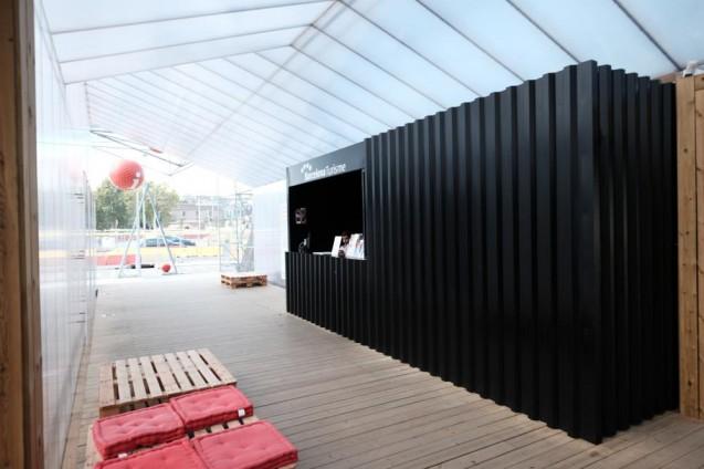 インフォメーションセンターは木造+スチールプレート仕上。