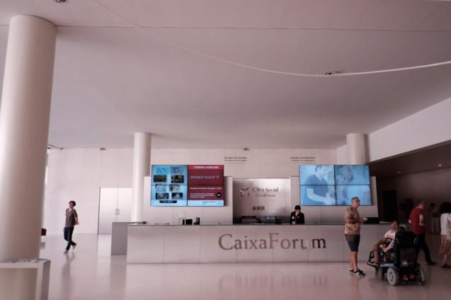 カイシャ・フォルム・バルセロナ。エントランスホールの受付。