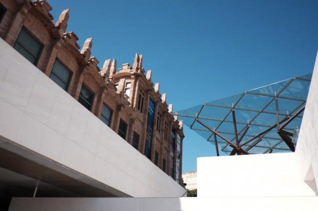 カイシャ・フォルム・バルセロナ。エントランス面からファサードを見上げる。
