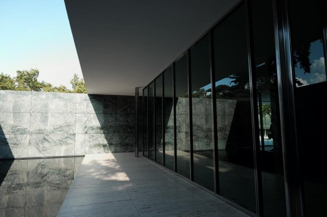 El Pabellón de Barcelona(バルセロナ・パビリオン)。青瑪瑙の壁に囲われた中庭の池。