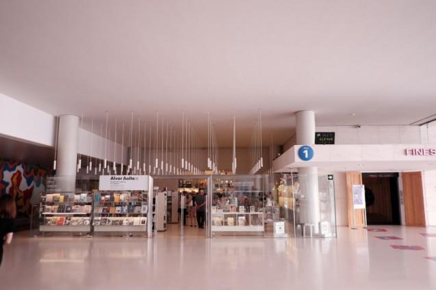 カイシャ・フォルム・バルセロナ。エントランスホールの受付の対面にあるミュージアムショップ。