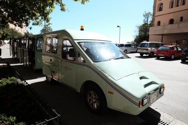 モンセラット修道院の駐車場に待機していた、連結バス。