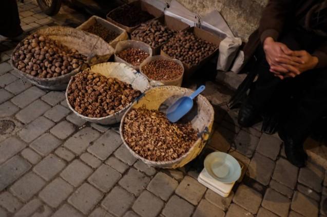 海外の屋台デザインの事例。モロッコ・フェズの旧市街で見かけたくるみ売りの露天