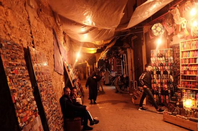 海外の屋台デザインの事例。モロッコ・フェズの旧市街で見かけた露天。バブーシュやベルベルのおばあちゃんが編んだ織物などを販売。