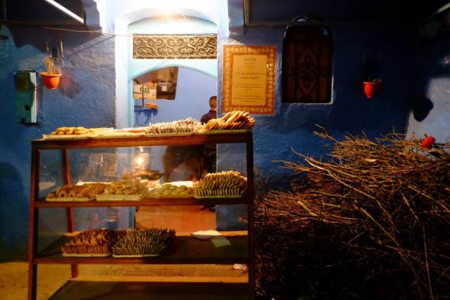 海外の屋台デザインの事例。モロッコ・シャウエンで見かけたパン屋さんのスタンド。