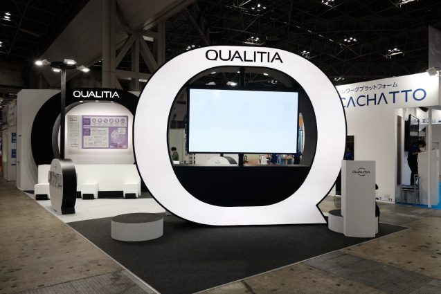 展示会ブースデザイン|JAPAN IT-WEEK 2018 QUALITIA|Quality&uniQueをテーマにしたブースデザイン。手前の発光するQの造形と奥のQ造形がオーバーラップします。