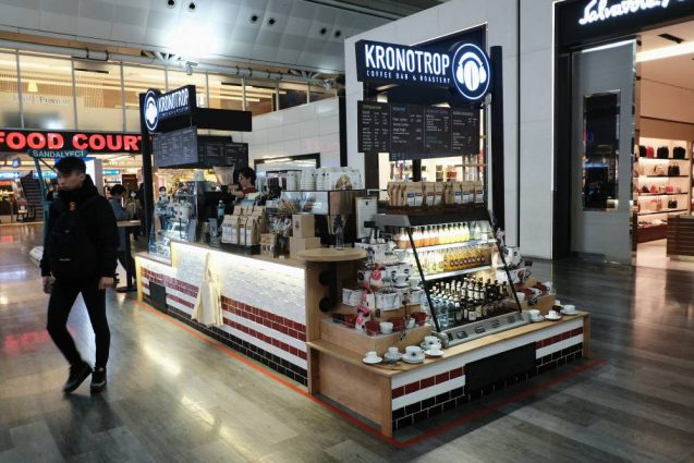 海外の屋台デザインの事例。イスタンブール空港で見かけたコーヒースタンド。