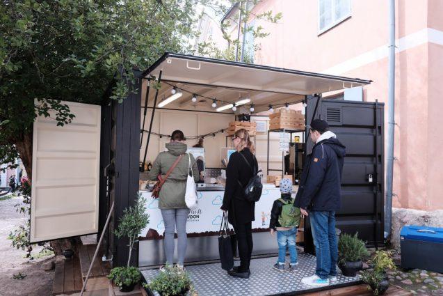 海外の屋台デザインの事例。ポルヴォーで見かけたコーヒースタンド。小さなコンテナを流用した形態