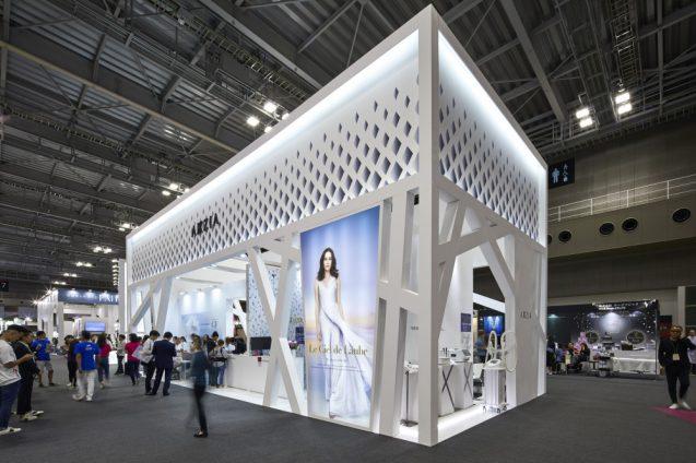 ビューティーワールドジャパン2018に出展したアクシージアのプロモーションブース。展示会ブースデザイン。