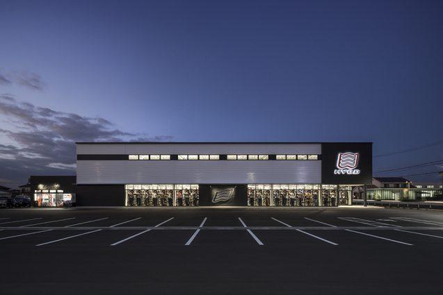 ヒョウドウプロダクツ本社屋 HYOD-PLUSの店舗デザイン 外観夕景 駐車場側