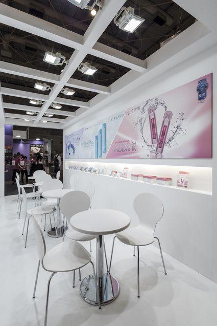 展示会デザイン、展示会装飾の事例|ビューティーワールドウェスト2018 アクシージア_ブース_2018 (6)