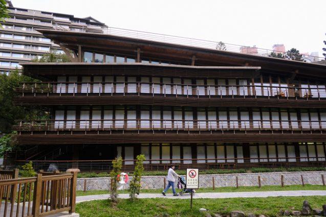 台北市立図書館北投分館の前景。建築の形状がよくわかります。