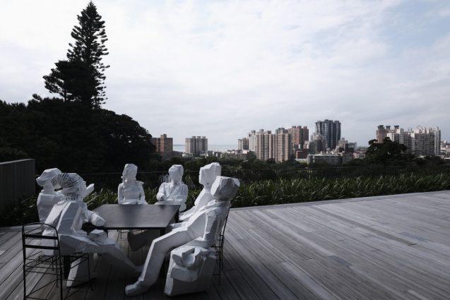 彫刻家の朱銘氏の作品と淡水の眺め。