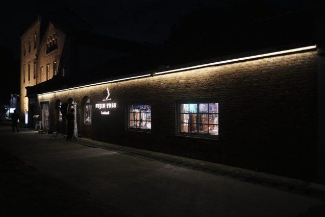 フジブロッサムツリーコンセプトストア。外観夜景。