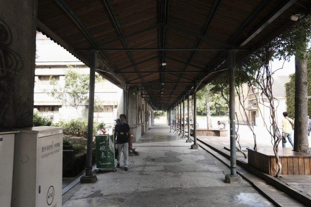 施設全体が大きな倉庫と管理する小屋の連なりになっており、至る所にコリドー状の屋根があります。