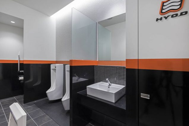 ヒョウドウプロダクツ本社屋 HYOD-PLUSの店舗デザイン 内観 男子トイレ