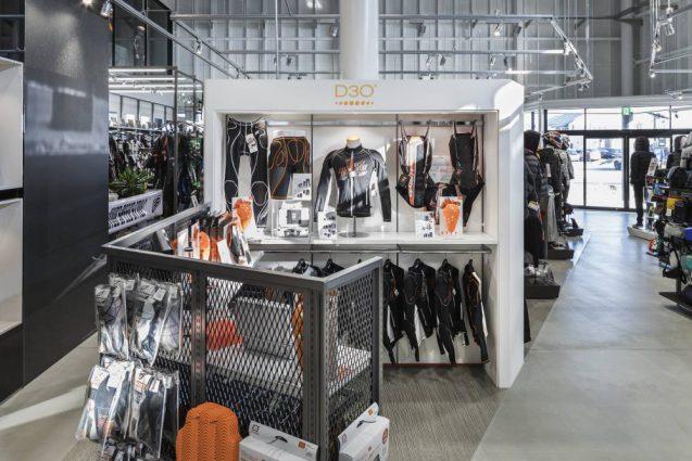 ヒョウドウプロダクツ本社屋 HYOD-PLUSの店舗デザイン 内観 D3Oコーナー
