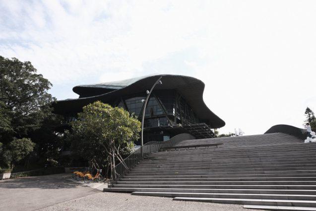 雲門劇場-Cloud Gate Theater-のエントランス階段からのビュー。引いた場所での別アングルで。