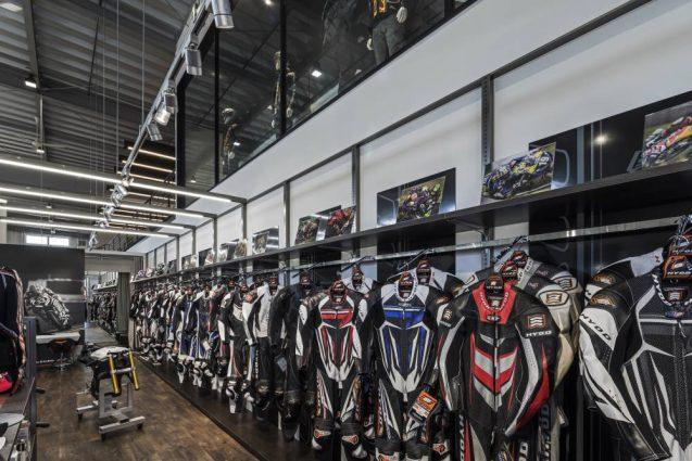 ヒョウドウプロダクツ本社屋 HYOD-PLUSの店舗デザイン 内観 レザースーツコーナー