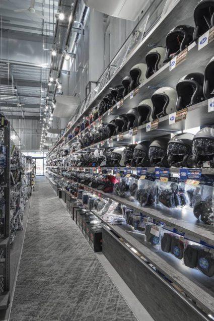 ヒョウドウプロダクツ本社屋 HYOD-PLUSの店舗デザイン 内観 ヘルメットコーナーの什器デザイン