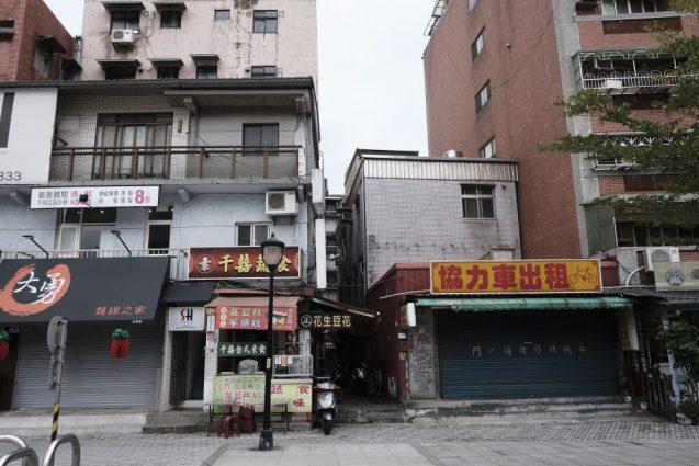 淡水老街(旧市街)。午前中でしたのでしまっているお店が数多く。