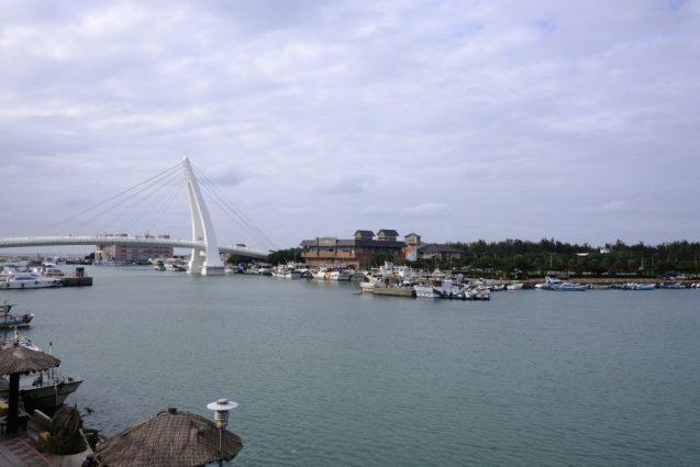 漁人碼頭の埠頭桟橋から湾内を眺める