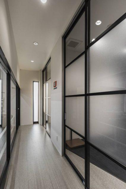 ヒョウドウプロダクツ本社屋 HYOD-PLUSの店舗デザイン 内観 ピットウェイティングスペース(待合室)