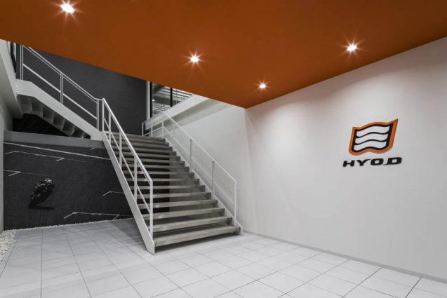 ヒョウドウプロダクツ本社屋 HYOD-PLUSの店舗デザイン 内観 本社側エントランス