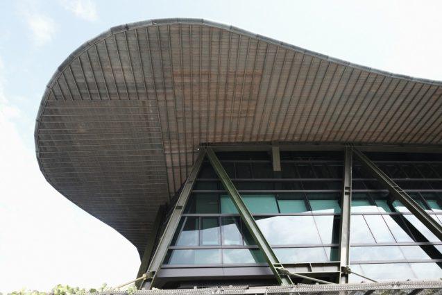 屋根のディティール。非常に粗い印象。