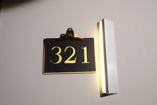 客室のサイン。厚手のファインペーパーに箔押&クリップにて固定。カジュアルでいいアイデア。