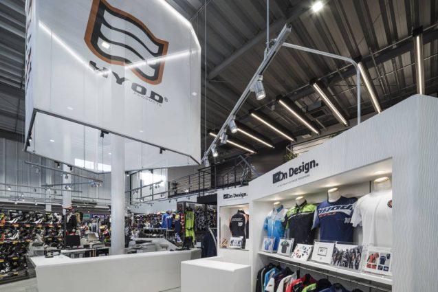 ヒョウドウプロダクツ本社屋 HYOD-PLUSの店舗デザイン 内観 オンデザインコーナーとブランドバナー