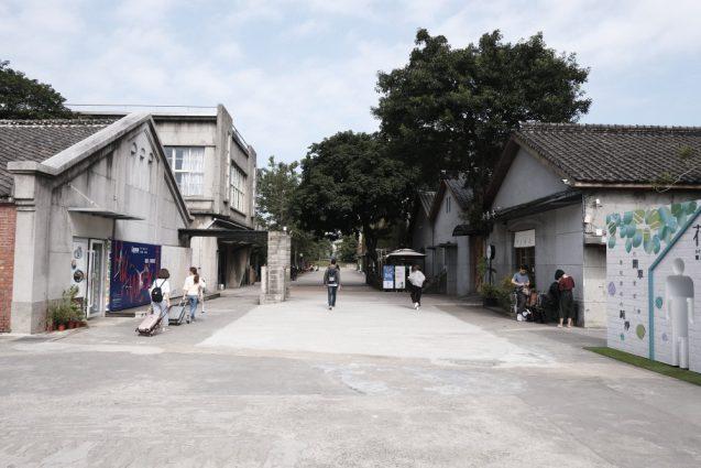 華山1914文創園区のメインエントランスからの施設の入口。左右の建物の中に雑貨店やカフェ、イベントスペースが並びます。