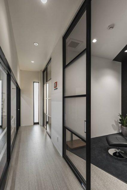 ヒョウドウプロダクツ本社屋 HYOD-PLUSの店舗デザイン 内観 ピットウェイティングスペース(待合室)2