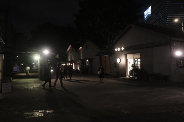 華山1914文創園区のメインエントランスからの施設の入口。夜景。