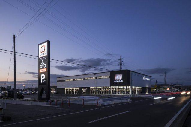 ヒョウドウプロダクツ本社屋 HYOD-PLUSの店舗デザイン 外観全景 夕景