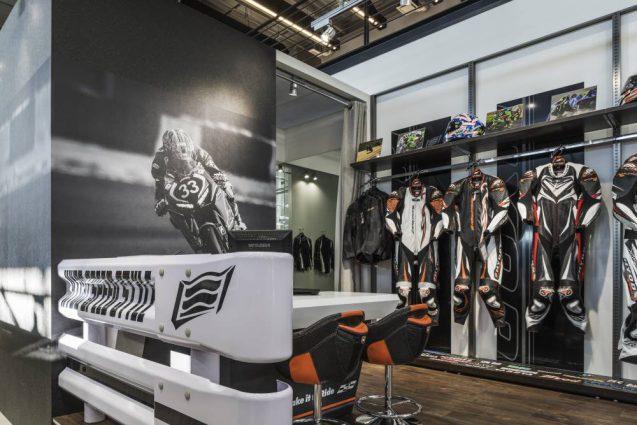 ヒョウドウプロダクツ本社屋 HYOD-PLUSの店舗デザイン 内観 レザースーツオーダーカウンター