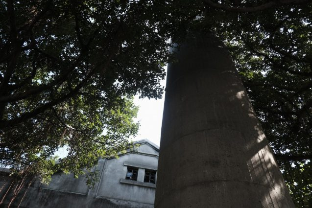 日本統治時代の酒工場の跡地ということもあり、巨大な煙突がそのま