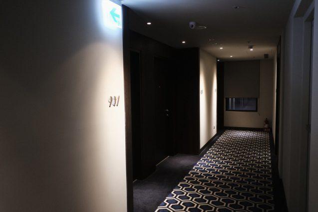 ホームホテル大安 Home Hotel DaAn 客室サインと廊下の設え。別アングル。