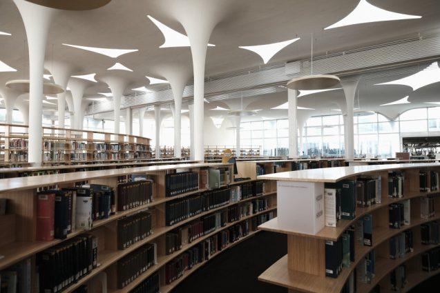 国立台湾大学社会学部棟+辜振甫記念図書館。ライブラリーの書架を含めたレイアウトはスパイラル状に計画され、植物のアルゴリズムから導かれた柱脚と織りなすように並んでいます。