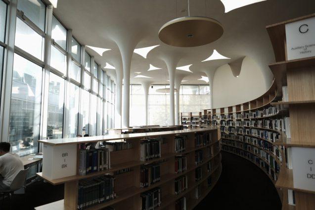 国立台湾大学社会学部棟+辜振甫記念図書館。ライブラリーの書架は二種類の高さで構成され、外光に面した部分に自習用のデスクが並んでいます。